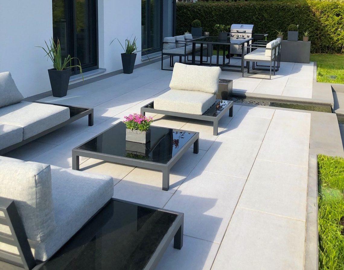 moderne Loungemöbel auf einer Terrasse
