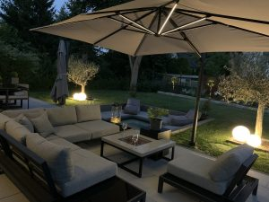 Gartenmöbel mit beleuchtetem Sonnenschirm