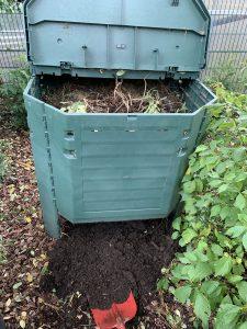 Thermokomposter mit Erde und Schaufel