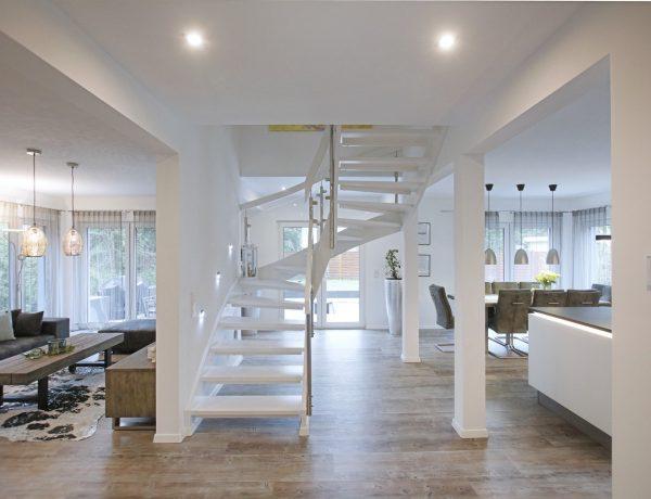 Wohn- und Essbereich mit Beleuchtung