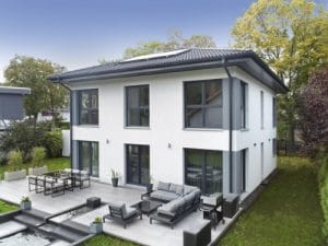 Haus mit moderner Terrasse und Garten