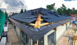 Haus im Bau während das Dach gedeckt wird
