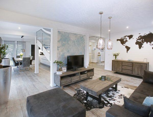 Wohnzimmer und Esszimmer mit Massivholzmöbeln
