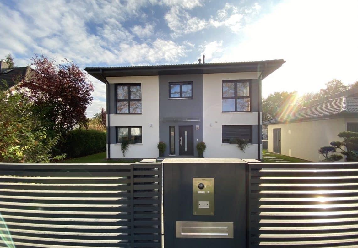 Modernes Haus mit Türsprechanlage