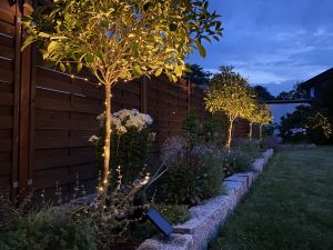 Stilvolle Außenbeleuchtung für den Garten, Strahler für Büsche und Lichterketten